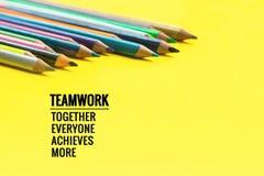 Concept de travail d'équipe le groupe du crayon de couleur sur le fond jaune avec le travail d'équipe de mot, ensemble, chacun, r Photographie stock libre de droits