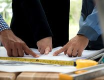 Concept de travail d'équipe, mains de la réunion d'ingénieur d'architecte pour le projet architectural travail avec l'associé et  photos libres de droits