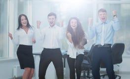 Concept de travail d'équipe : équipe réussie d'affaires se tenant dans le bureau Photographie stock