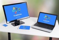 Concept de travail d'équipe sur différents dispositifs photographie stock