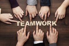 Concept de travail d'équipe sur le fond en bois brun de table photo libre de droits
