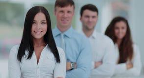 Concept de travail d'équipe un chef de femme d'une équipe et d'un colle d'affaires Photographie stock