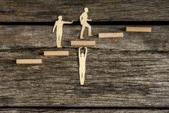 Concept de travail d'équipe utilisant des sorties de coupe des hommes de papier Images libres de droits
