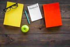 Concept de travail Exprimez le travail écrit dans le carnet sur le bureau en bois foncé avec des manuels, des cours et la vue sup image libre de droits