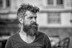 Concept de tristesse et de problèmes L'homme avec la barbe et la moustache regarde non frais L'homme barbu sur le visage strict s images stock