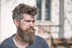 Concept de tristesse et de problèmes L'homme avec la barbe et la moustache regarde non frais Le hippie avec la barbe semble malsa image stock