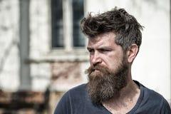 Concept de tristesse et de problèmes L'homme avec la barbe et la moustache regarde non frais Le hippie avec la barbe semble malsa image libre de droits