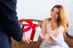 Concept de vacances - équipez donner le boîte-cadeau à son amie ou épouse Images stock