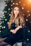 Concept de vacances, de célébration et de personnes - jeune femme dans la robe élégante au-dessus du fond d'intérieur de Noël Fil image libre de droits