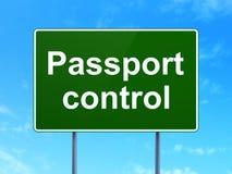 Concept de vacances : Contrôle de passeport sur le fond de panneau routier Photos libres de droits