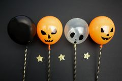 Concept de vacances, de décoration et de partie - ballons à air pour Halloween au-dessus de fond noir Vue supérieure Images stock