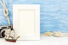 Concept de vacances d'été avec le cadre vide de photo sur le CCB en bois bleu Image libre de droits
