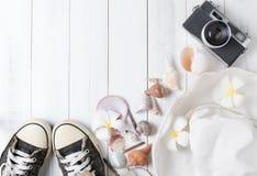 Concept de vacances d'été, chapeau sur le conseil en bois blanc Photos stock