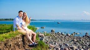 Concept de vacances d'été - couple heureux sur la plage rocheuse Images libres de droits