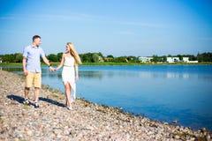 Concept de vacances d'été - couplez la marche sur la plage Images stock