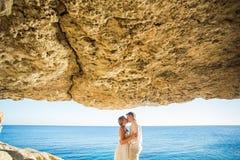 Concept de vacances d'été, de personnes, d'amour et de datation - couple heureux étreignant et embrassant au fond de mer d'été Image libre de droits