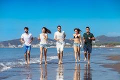 Concept de vacances d'été de plage de liberté d'amitié - fonctionnement des jeunes Photo stock