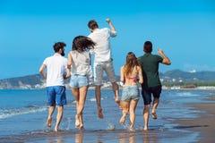 Concept de vacances d'été de plage de liberté d'amitié - fonctionnement des jeunes Photo libre de droits
