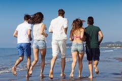Concept de vacances d'été de plage de liberté d'amitié - fonctionnement des jeunes Images stock