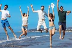 Concept de vacances d'été de plage de liberté d'amitié - fonctionnement des jeunes Photographie stock libre de droits