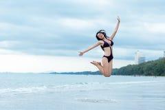 Concept de vacances de vacances d'été Mode de vie de femme de voyageur dans le bikini sautant et appréciant la détente images libres de droits
