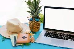 concept de vacances d'été de planification ordinateur portable avec l'écran vide, pin Photo stock