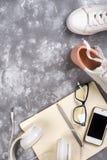 Concept de vacances d'été : smartphone, espadrilles blanches, bloc-notes, écouteurs, stylo Photographie stock
