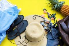 Concept de vacances d'accessoires de vêtements de choses de femme Images stock