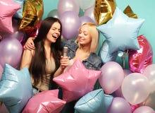 Concept de vacances, d'amis et de personnes - deux femmes dans occasionnel nous Images stock