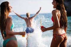 Concept de vacances d'?t? d'amusement de plage de libert? d'amiti? images libres de droits