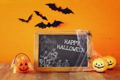 Concept de vacances de Halloween Potirons mignons à côté de tableau noir Photographie stock libre de droits