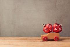Concept de vacances de Noël avec la voiture et les décorations de jouet Image stock