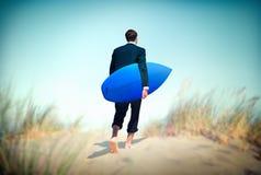 Concept de vacances de Surf Corporate Holiday d'homme d'affaires photographie stock libre de droits