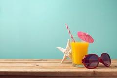 Concept de vacances de vacances d'été avec le jus d'orange et les lunettes de soleil Image libre de droits