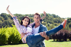Concept de vacances, de vacances, d'amour et d'amitié - couple de sourire Images libres de droits