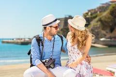 Concept de vacances, de vacances, d'amour et d'amitié - couple de sourire ayant l'amusement Images libres de droits
