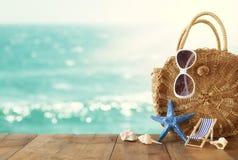 Concept de vacances et d'?t? avec des objets de style de vie marine au-dessus de table en bois devant le fond de paysage de mer images libres de droits