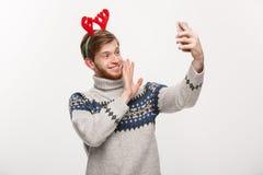 Concept de vacances et de mode de vie - jeune homme bel de barbe prenant un selfie ou parlant le facetime avec l'ami photographie stock libre de droits