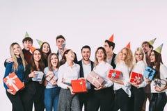 Concept de vacances Groupe de personnes collègues avec des cadeaux dans des mains Photos stock