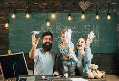 Concept de vacances Le papier heureux de lancement de famille surface dans la classe, vacances Vacances et vacances d'école Ne me photos stock