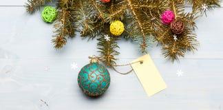Concept de vacances de Noël L'espace décoratif de copie d'étiquette de jouet et de cadeau de boule Soyez prêt pour Noël Décoratio images stock