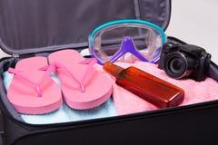 Concept de vacances - valise emballée complètement d'articles de vacances Photos libres de droits