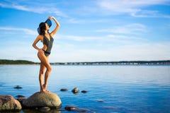 Concept de vacances de voyage et d'été - amincissez la belle femme dans le bik Photos stock