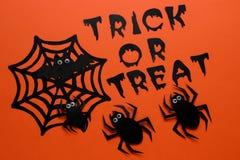concept de vakantie van Halloween Spinnen en een Web met een inschrijving op een oranje achtergrond Hoogste mening stock afbeelding
