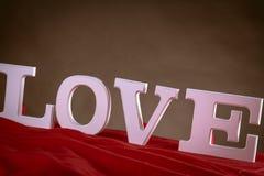 Concept de valentine d'amour avec les lettres blanches Image stock