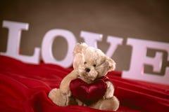Concept de valentine d'amour avec les lettres blanches Photographie stock libre de droits