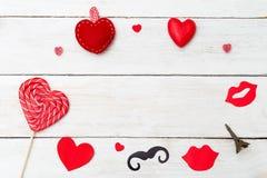 Concept de Valentine et coeur rouge sur le fond en bois blanc copie Photographie stock libre de droits