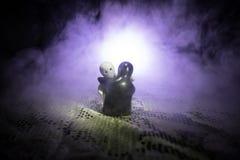 Concept de Valentine Les jouets en céramique étreint ses couples pour leur amour sur le fond foncé Image stock