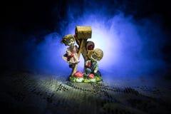 Concept de Valentine Les jouets en céramique étreint ses couples pour leur amour sur le fond foncé Photo libre de droits