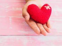 Concept de Valentine, de santé, de médecine et de charité coeur sur le vieillissement Photo libre de droits